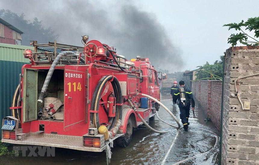 Hải Dương: Cháy lớn thiêu rụi 400m2 của xưởng sản xuất bật lửa