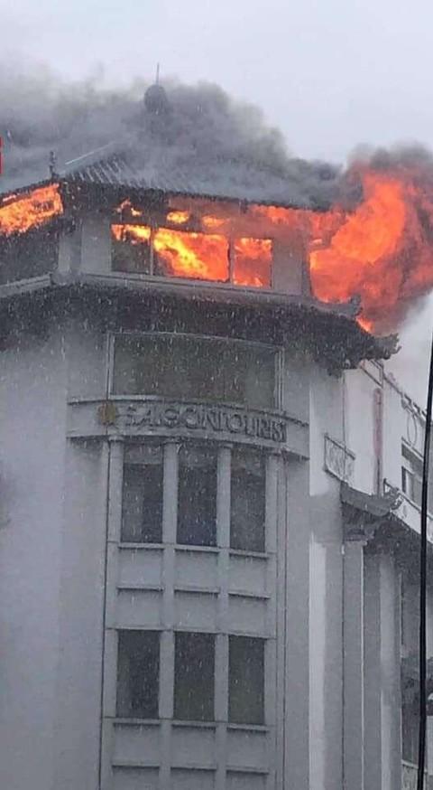 Sau tiếng nổ như sét đánh, khách sạn Đồng Khánh ở Sài Gòn cháy dữ dội